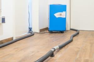 Estrichtrocknung nach Wasserschaden im Keller Foto:©schulzfoto - stock.adobe.com