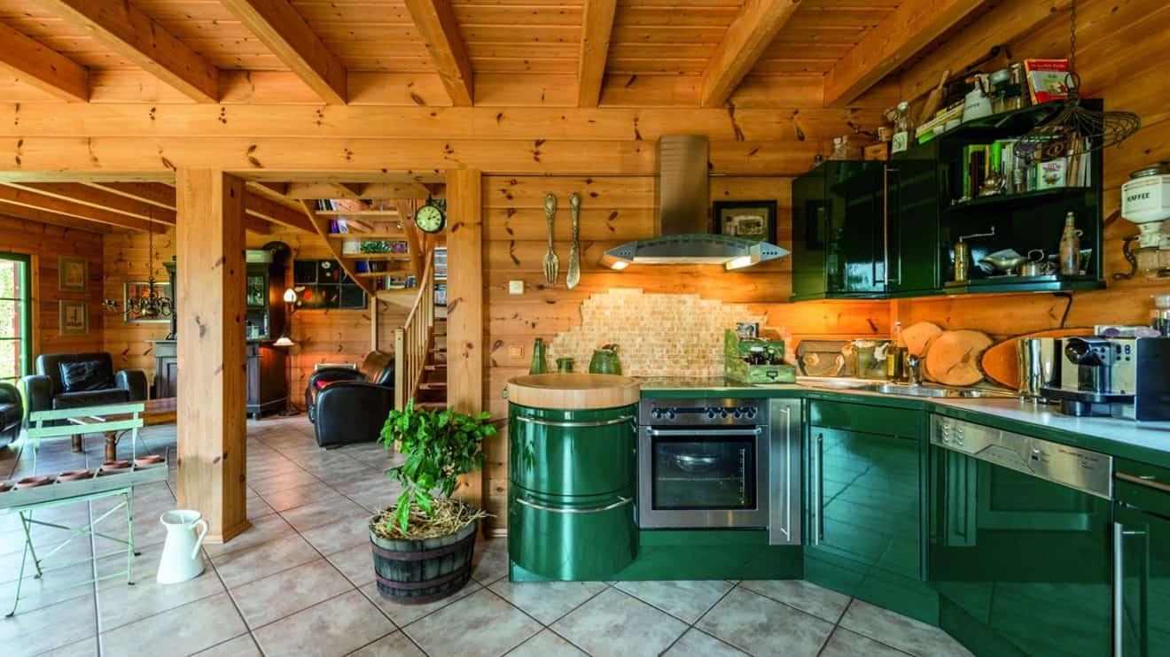 Die Küche Foto: © uwe weiser / FULLWOOD Wohnblockhaus