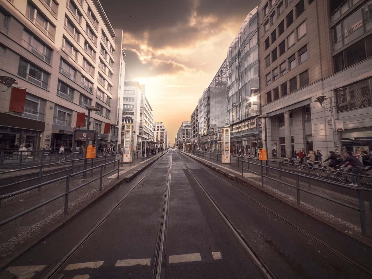 Straße mit Wohnhäusern in Berlin