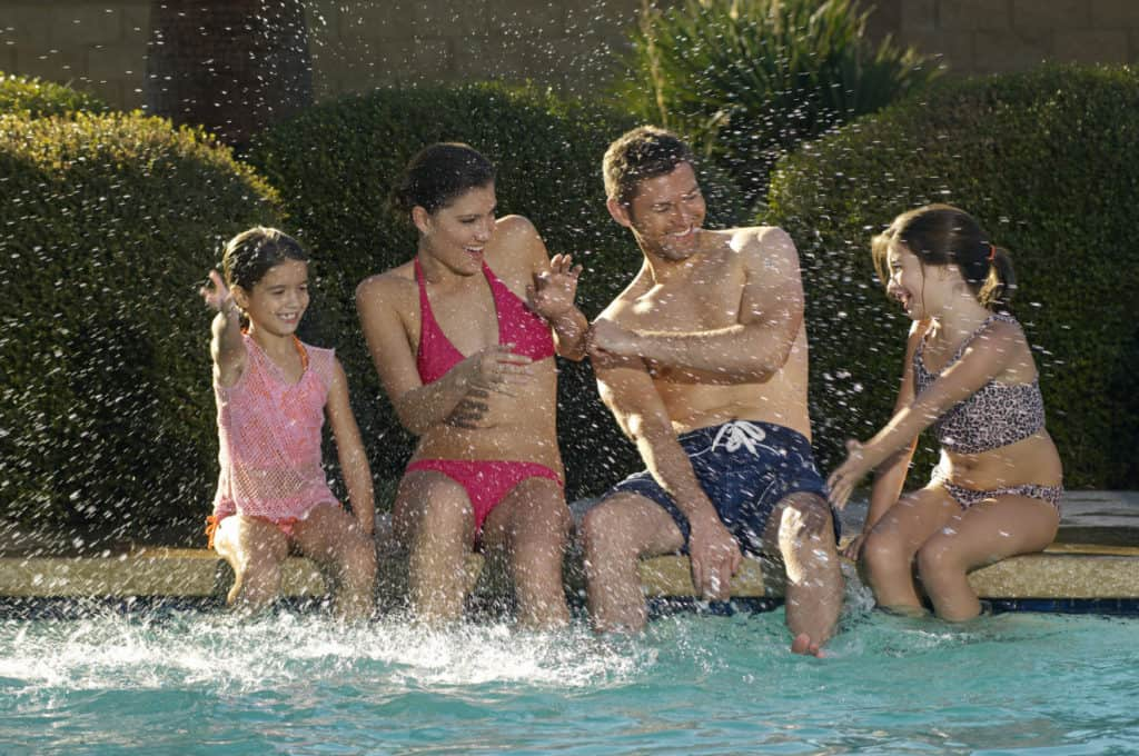 Familienspaß am Swimmingpool