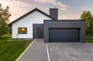 Modernes Haus mit Zufahrt zur Garage