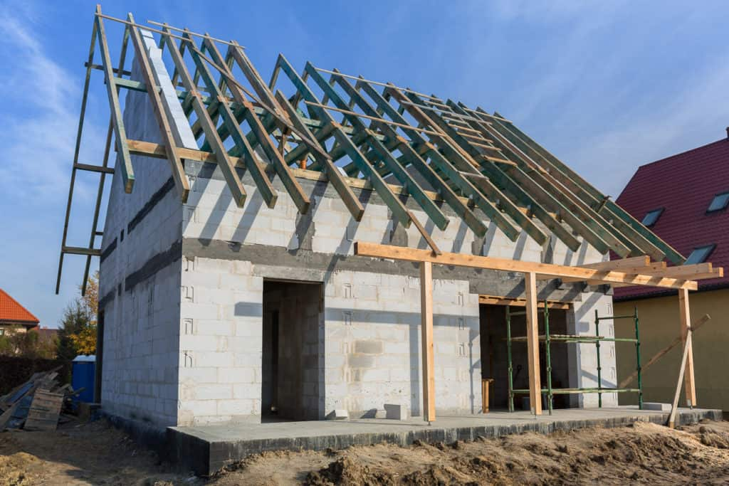 Ein Einfamilienhaus mit Satteldach entsteht