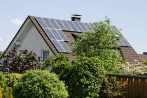Haus mit Satteldach und Solaranlage