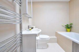 Im Badezimmer bietet ein Spiegelschrank viel Stauraum