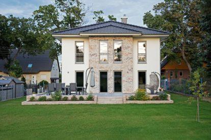 Die Villa Lugana wurde vom Bauträger in Massivbauweise mit 17,5 Zentimeter dickem Porenbeton gebaut. Die Erker auf der Vorder- und Rückseite des Hauses wurden mit Klinkerriehmchen veredelt. Foto: © Roth-Massivhaus / Gerhard Zwickert