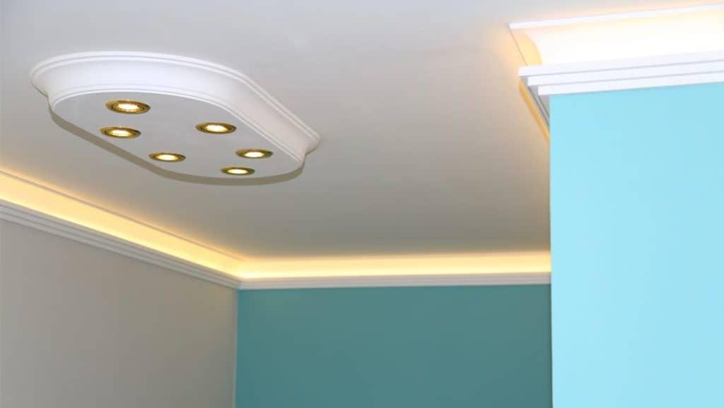LED-Spots in einer Stuckleiste