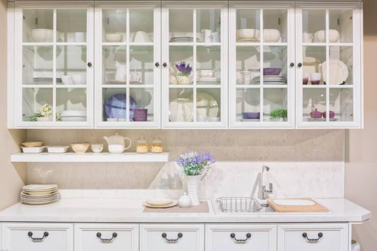 Aufbewahren von Geschirr in der Küche