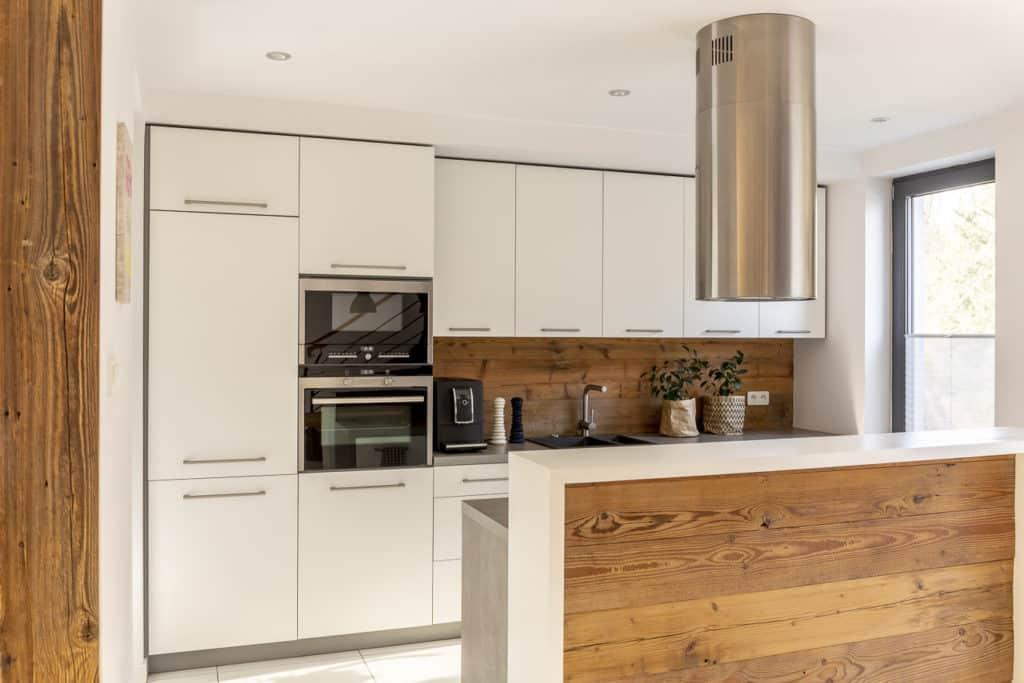 Küche mit Hochschränken