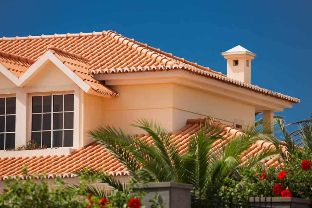 Dach eines Hauses im mediterranen Baustil