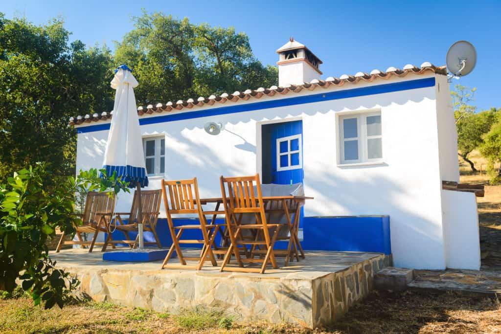 Traditionelles Haus in Portugal im mediterranen Baustil