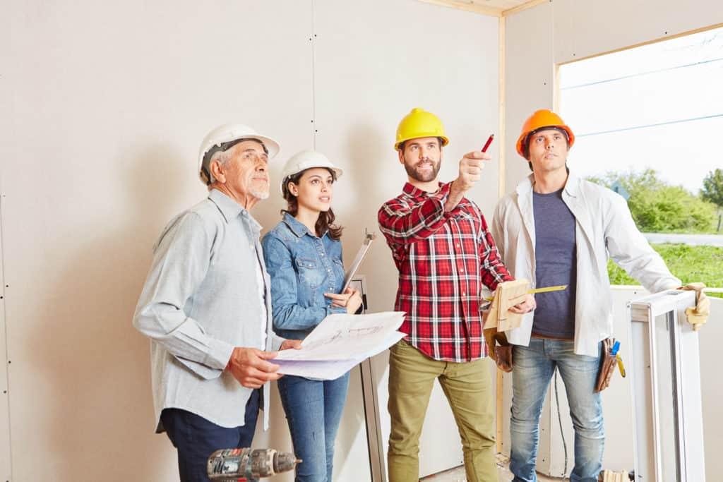 Baupartner auf der Baustelle im Gespräch