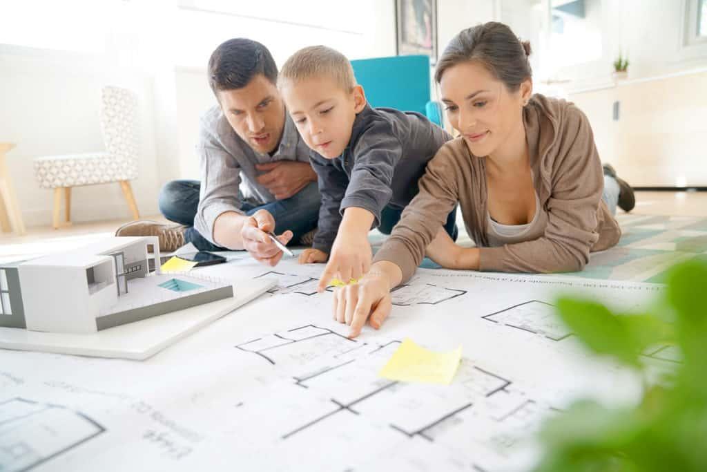Familie bei der Hausplanung
