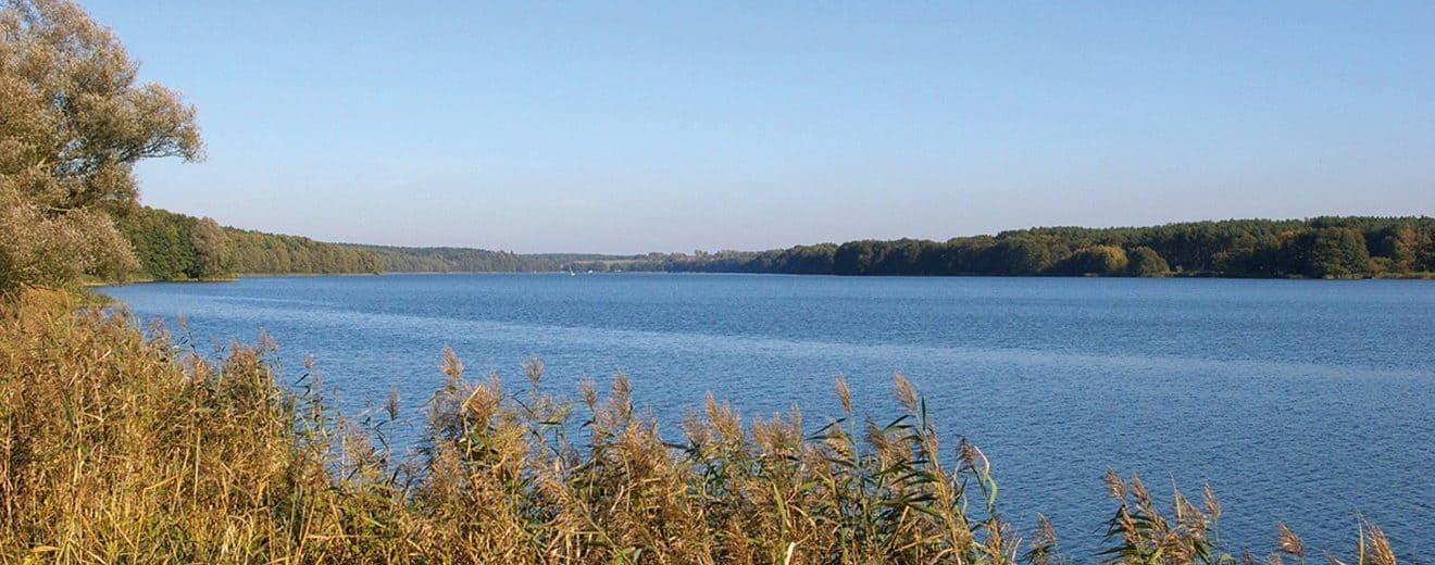 Der Rudower See bei Lenzen/Elbe in der Prignitz. Blick vom nordwestlichen Ufer nahe Lenzen in Längsrichtung über den See nach Ostnordosten