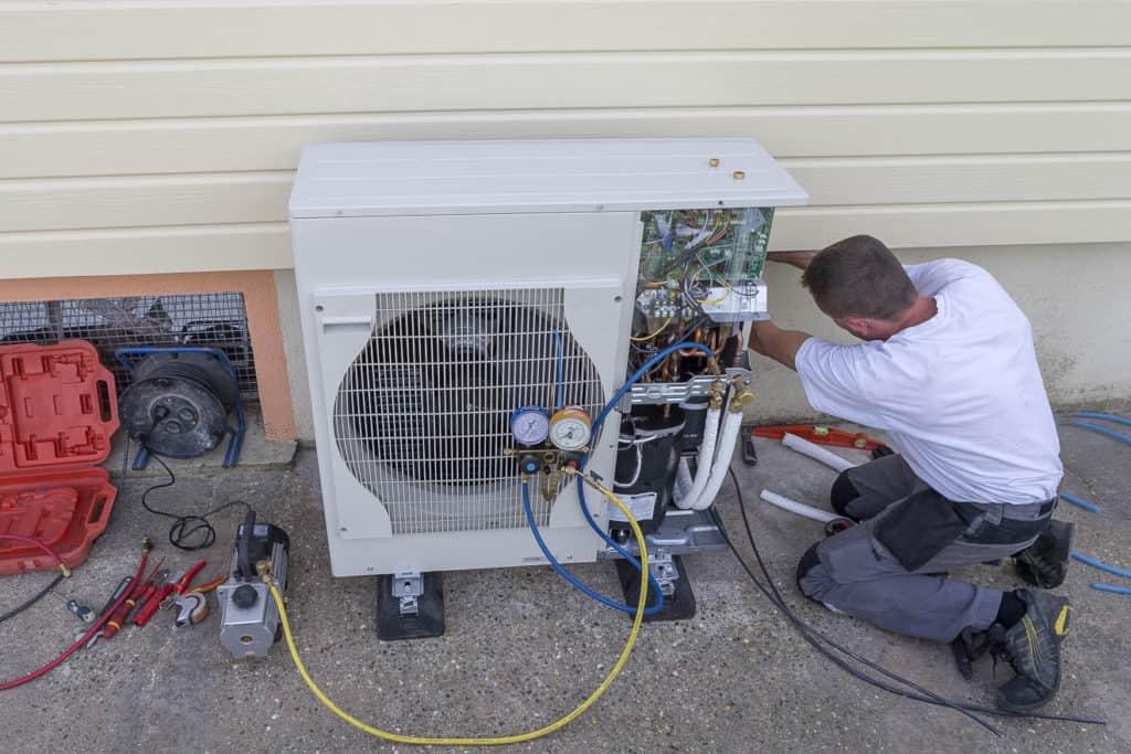 Montage einer Luftwärmepumpe
