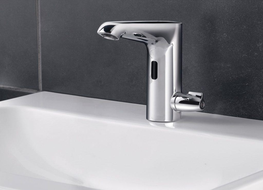 Ganz schlau: Bei einer Waschtischarmatur mit Infrarot-Sensor funktionieren Wasserlauf und -stopp berührungslos. Das ist nicht nur sehr hygienisch, sondern verhilft zu einem ressourcenschonenden Umgang mit H2O und Energie. Denn die Laufzeit lässt sich ganz nach Bedarf sekundengenau einstellen.