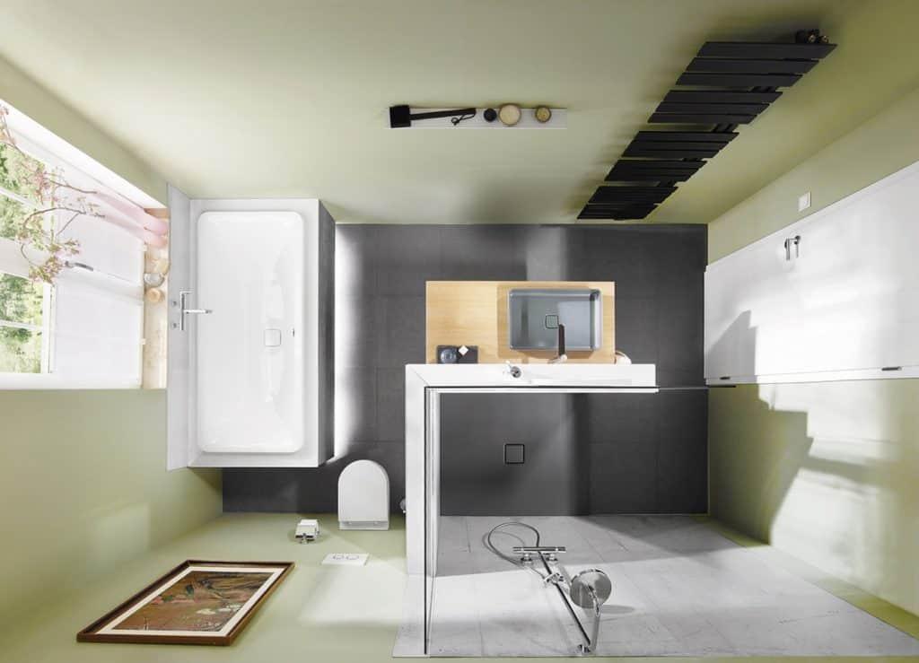 Echte Maßarbeit: In dem Mini ist die Badewanne unter dem Fenster platziert und mit LED-Lichtleisten am unteren Rand ein schöner Hingucker. Die Duschfläche nimmt die Farbe der Bodenfliesen auf. Dadurch wirkt der Raum größer. Für die Duschnische selbst wurde eine rechtwinklige Wand eingezogen. Zum einen versteckt sie das WC. Zum anderen trägt sie den Waschtisch mit filigraner Waschschale in angesagtem Grau.