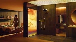 Die Digitalisierung liefert großes Kino auch im Bad: Längst lassen sich Temperatur und Intensität des Wassers, die Steuerung von Licht, Duft und Musik synchronisieren und via App als feste Programme zur Tiefenentspannung abrufen. Für die passende Traumwelt wird sogar eine LED-Wand eingesetzt.