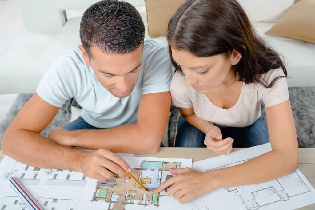 Angehende Bauherren studieren Hausbau-Kataloge
