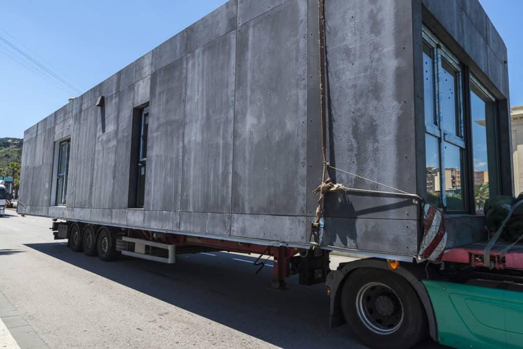 Modulhäuser werden in der Regel industriell vorgefertigt und dann als Modul zum Bauort transprotiert