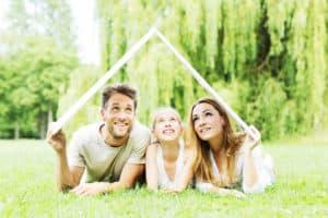 Familie im Grünen träumt vom Haus