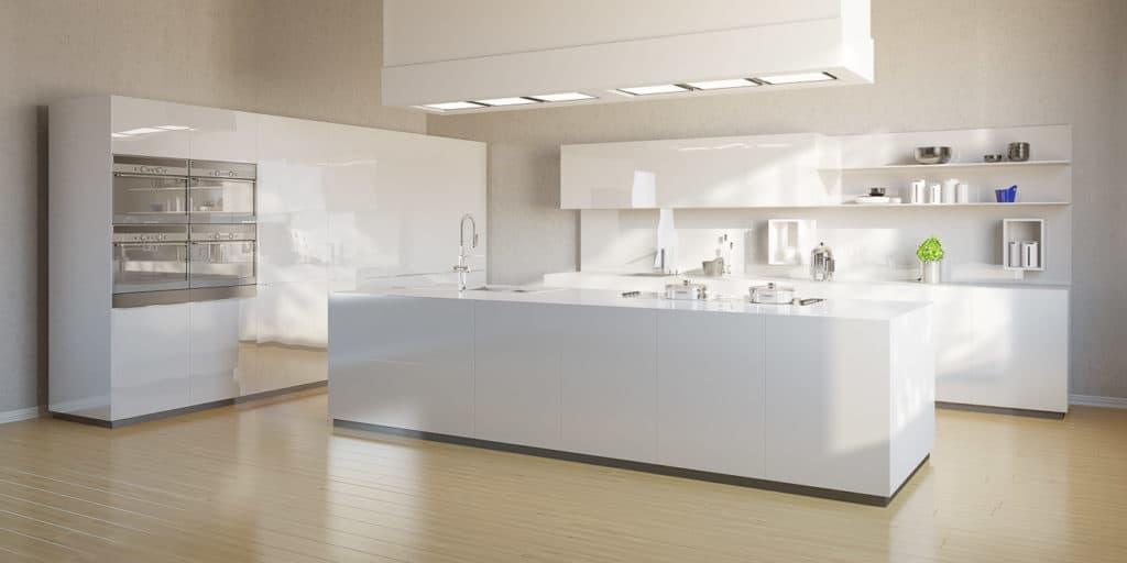 Große moderne weiße Küche mit Einbaukühlschrank
