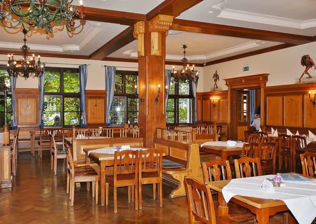 Innenraum in einem Restaurant mit rustikaler Einrichtung
