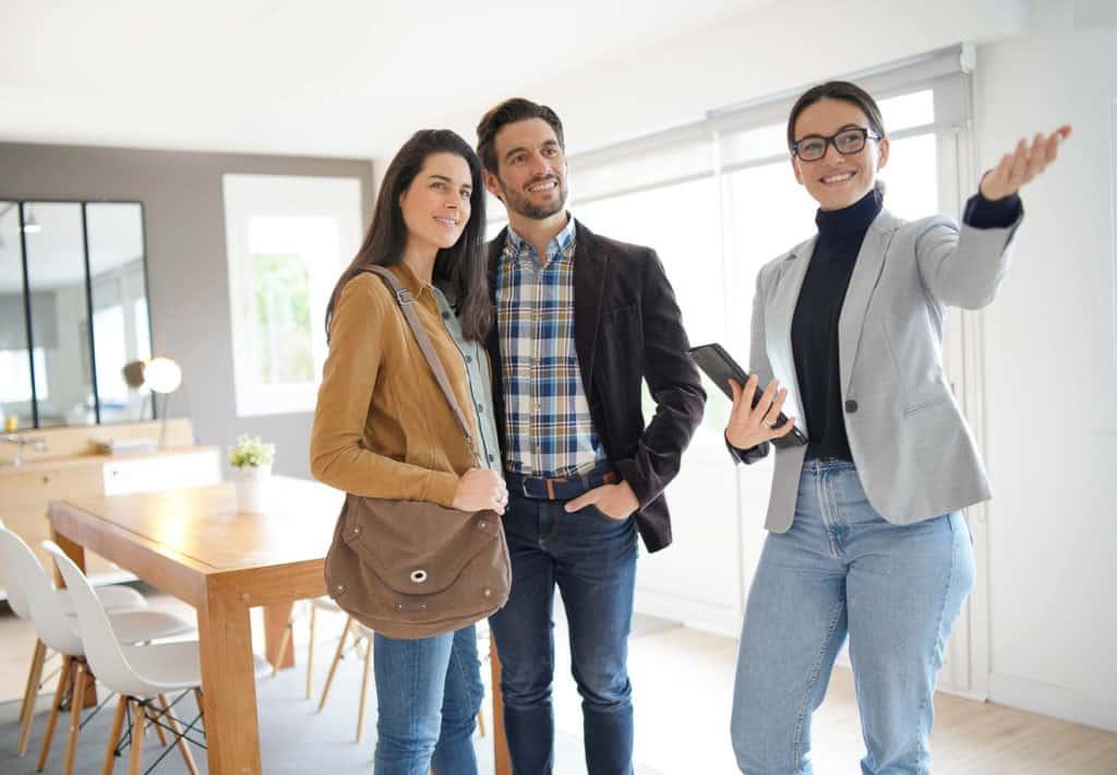 Immobilienmakler bei einer Objektbesichtigung