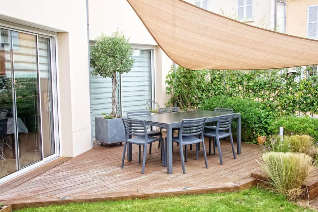 Eine Hecke als natürlicher Sichtschutz für die Terrasse