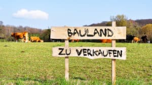 """Schild mit Aufschrift """"Bauland zu verkaufen"""""""