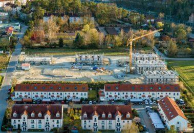 Viel Grün, viel Platz: Das neue Quartier fügt sich harmonisch in die lockere Umgebungsbebauung ein. © HELMA Wohnungsbau GmbH