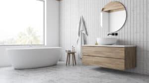 helles, modernes Badezimmer im Jahr 2020
