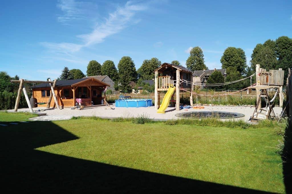 Parallel zur Bauphase hat Familie Marti den Garten gestaltet inkl. Spielparadies für die Kinder und einem Obst- und Gemüsegarten mit eigenem Brunnen zum Bewässern. © SF