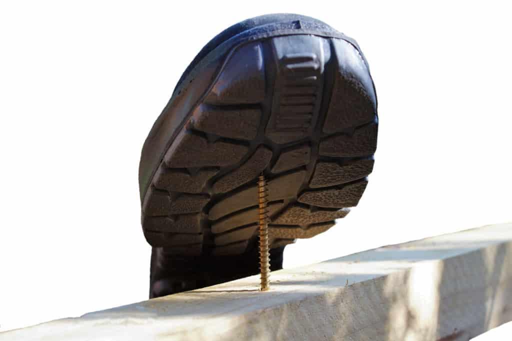 Sicherheitsschuhe schützen vor dem Eintreten von spitzen Gegenständen