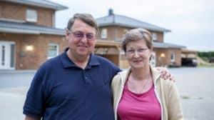 Hans-Heinrich Brandt und seine Frau haben sich gemeinsam mit Roth-Massivhaus ihren Traum vom Wohnen erfüllt. Foto: Roth-Massivhaus / Christoph Große