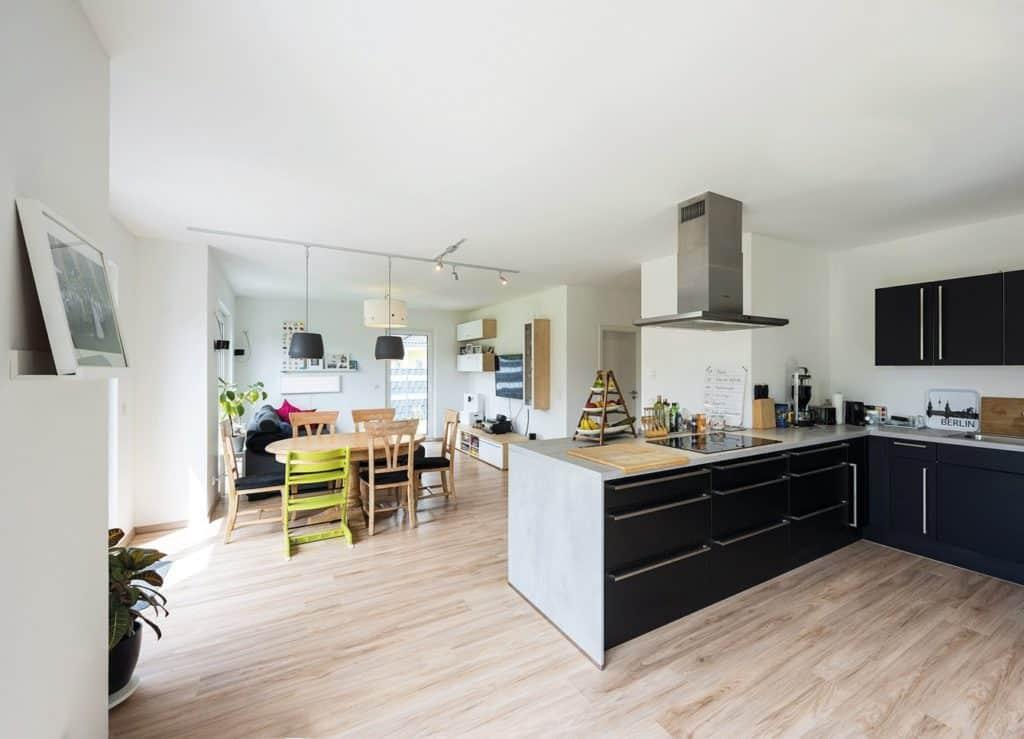 Lichtdurchflutet und großzügig präsentiert sich der Wohn- und Essbereich mit offener Küche Foto: Bau-GmbH Roth