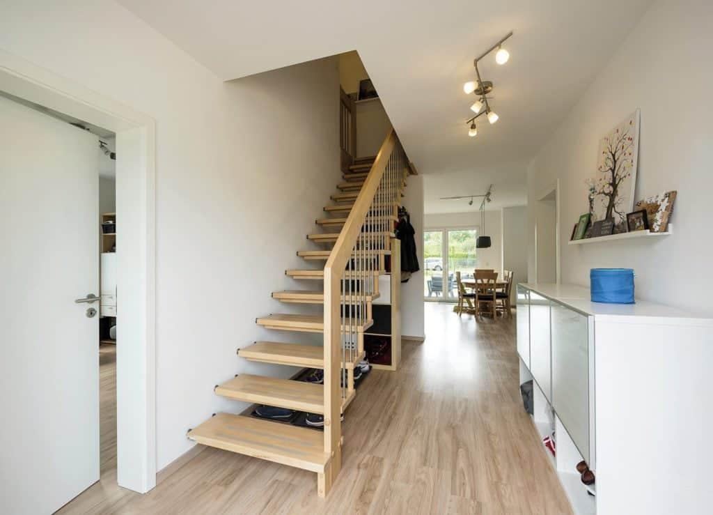 Der Verzicht auf eine Tür zwischen Flur und Wohnbereich schafft eine schöne Sichtachse vom Eingangsbereich bis zur Terrasse. Foto: Bau-GmbH Roth
