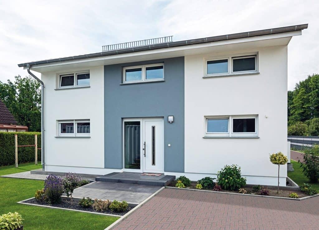 Auf Wunsch der Bauherren befindet sich der Eingangsbereich auf der Rückseite des Hauses und somit geschützt vor neugierigen Blicken. Foto: Bau-GmbH Roth