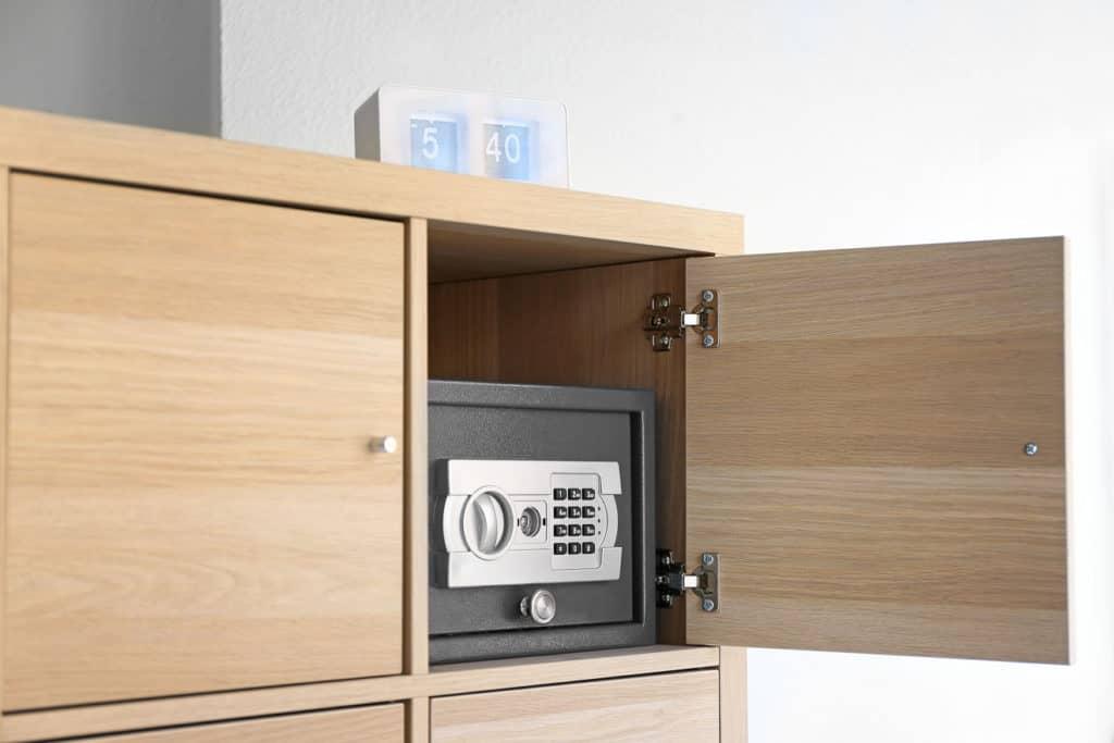 Moderner Tresor in einem Schrank