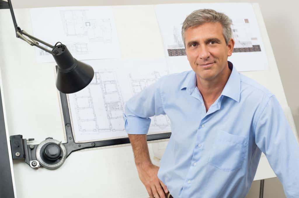 Architekt bei der Planung eines Hauses