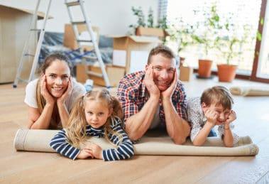 Familie und Kinder ruhen sich aus nach Umzug