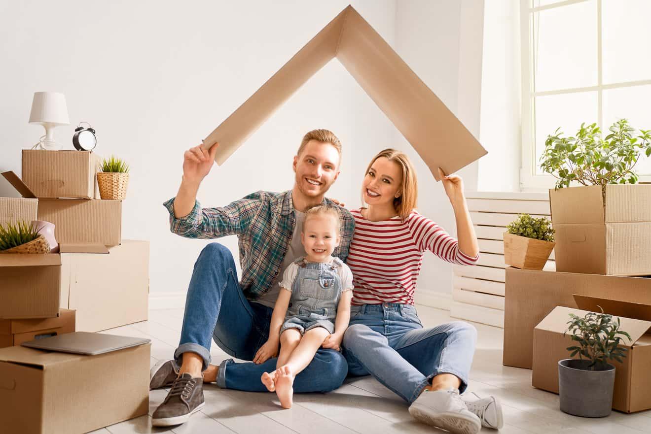 Familie im neuem Haus