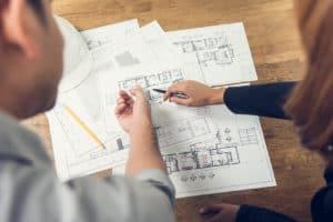 Besprechung des Grundrissplans eines Einfamilienhauses