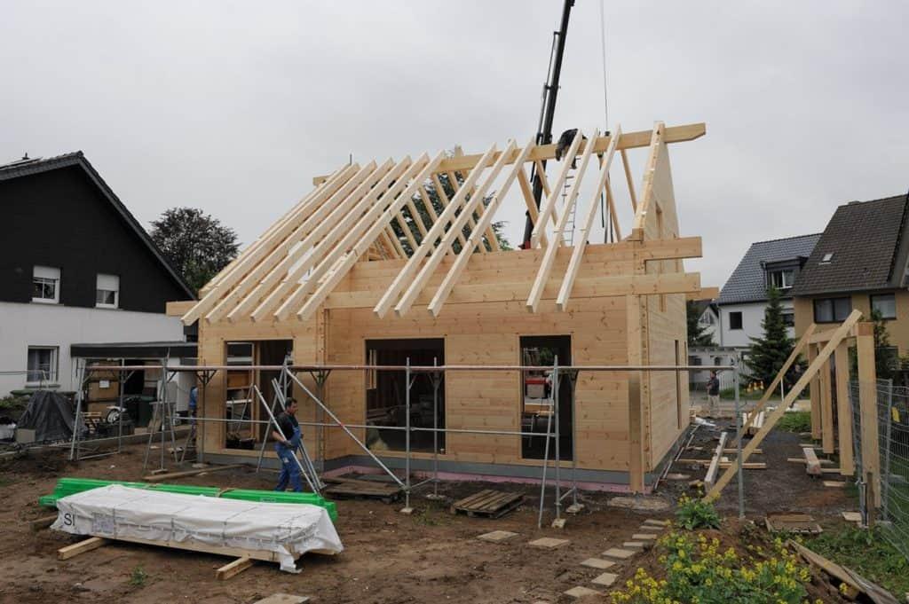 Baufortschritt: Gerüstbauer beginnen © uwe weiser / FULLWOOD