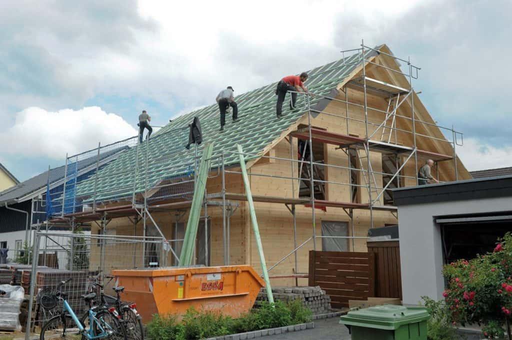 Dachdecker beginnen ihre Arbeit © uwe weiser / FULLWOOD