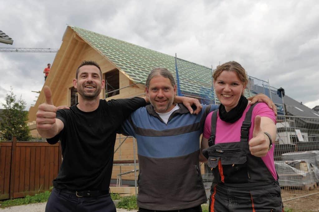 Bauherr, Richtmeister und Bauherrin sind fertig und zufrieden mit dem Aufbau © uwe weiser / FULLWOOD