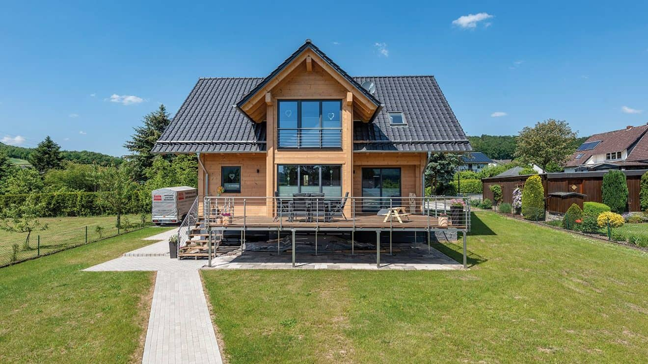 Holzhaustraum aus hellem Naturholz und Glas