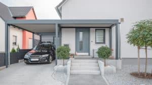 Ein Haus mit einer modernen Haustür