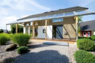Haus im Grünen mit Terrasse und Terrassendach