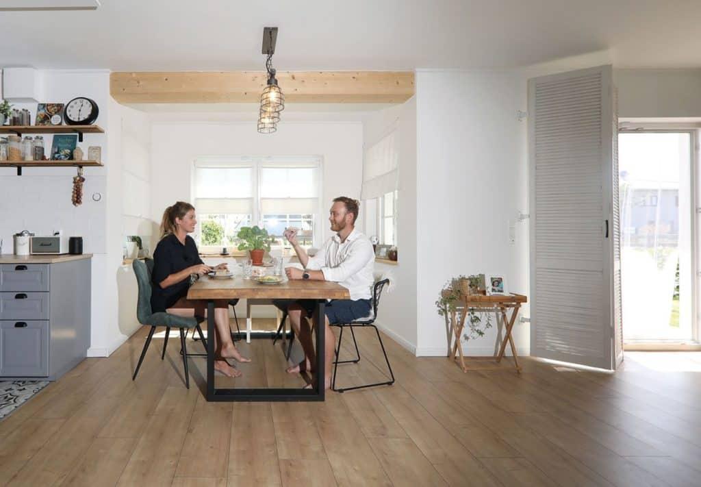 Ein Plus an Raum: Im Erker befindetsich der Essplatz der Familie.