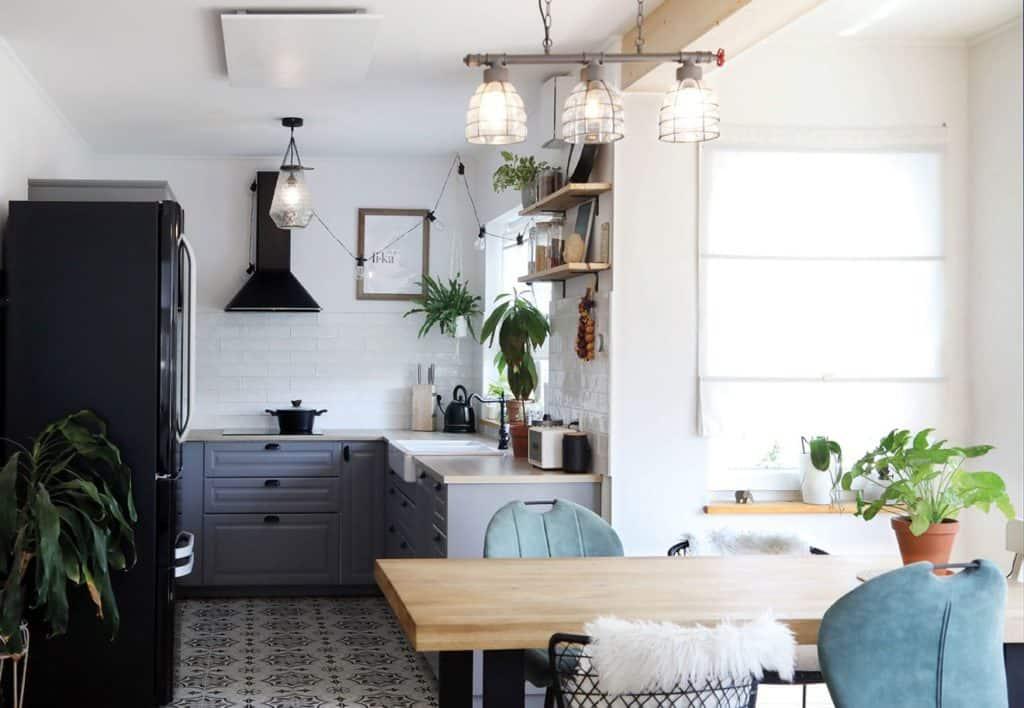 Helligkeit, natürliche Farbgebung und Offenheit: Der Koch-und Essbereich der Baufamilie.